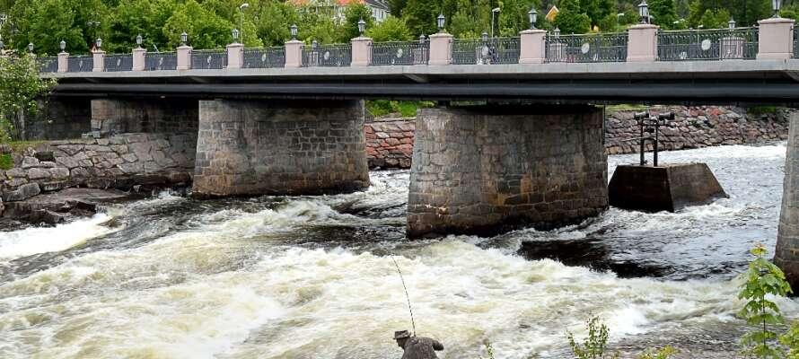 Hotellet ligger centralt placerat i Kongsberg, omringat av fina omgivningar och härlig atmosfär.