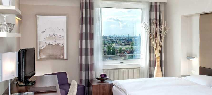 Standardværelsene er 27m² store og er luksuriøst innredet i et lyst design med moderne og komfortable møbler.