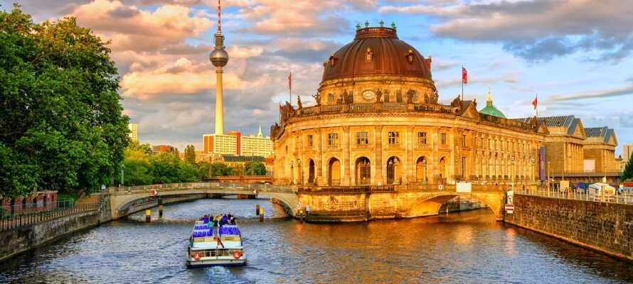 Upplev den vackra huvudstaden från en unik vinkel, nämligen genom en fantastisk båttur längs floden.