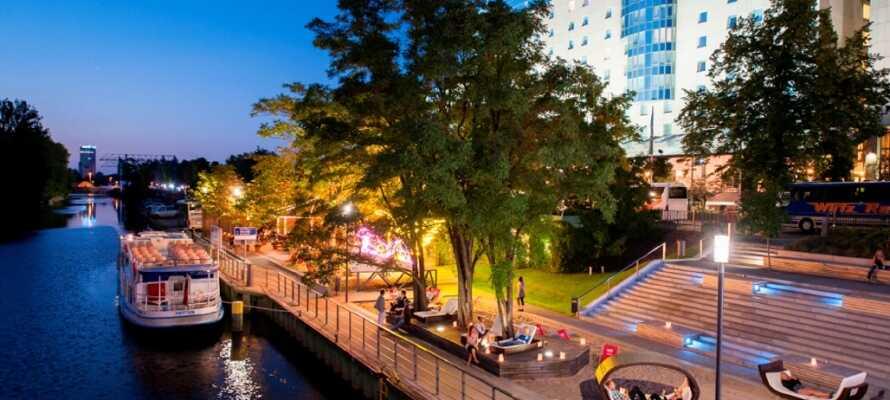 Framför hotellet kan ni njuta av det fina vädret i sommarträdgården, som har ett härligt läge ner mot vattnet.