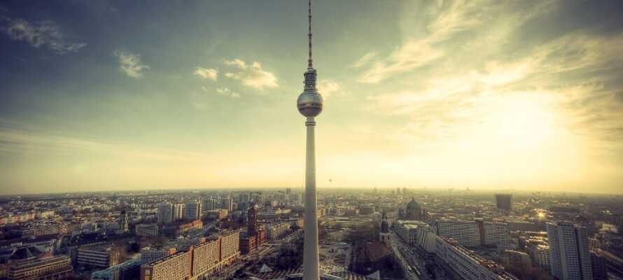 Oplev Berlin! Se alle de berømte vartegn såsom Berlinmuren, Museumsinsel, Brandenburger Tor, domkirken og Rigsdagen.