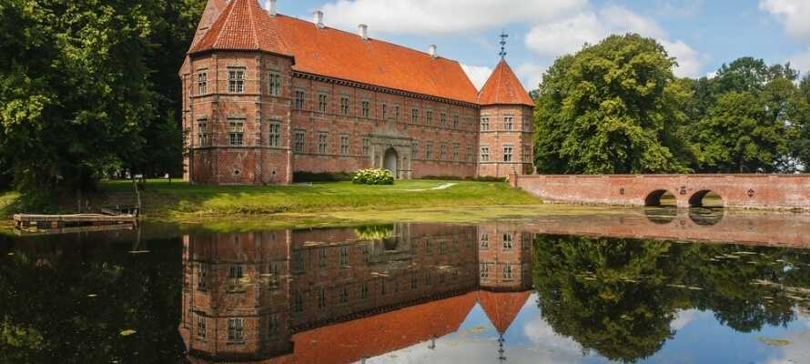 Se et av Danmarks best bevarte renesanseslott, Voergaard Slott, et slott fra 1500-tallet med kostbare kunstskatter og en vakker park.