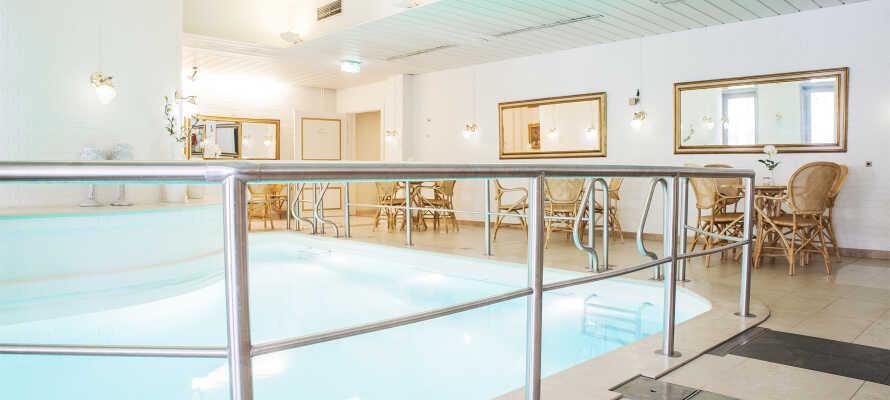 På hotellet kan ni ta ett dopp i den lilla poolen.