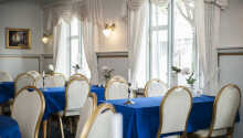 Hotellets ljusa restaurang serverar dansk husmanskost