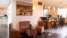 Hotellets inredning är enkel och stilfull.