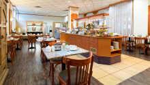 Börja dagen med en härlig frukost som serveras i den trevliga restaurangen