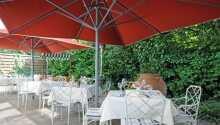 In den Sommerferien können Sie auch im Freien auf der schönen Terrasse essen.