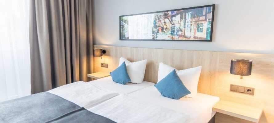 Hotellets værelser er lyse og moderne indrettet og skaber en god base for jeres ophold