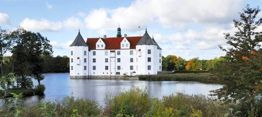 Vandslottet Glücksburg slot er et imponerende bygningsværk beliggende på en lille ø.