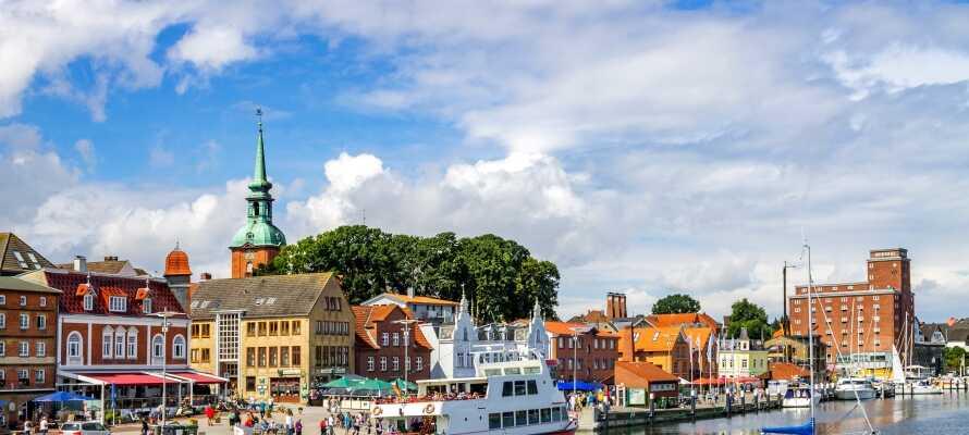 Flensburgs havn byr på et livlig miljø fullt av hyggelige restauranter langs kaien.