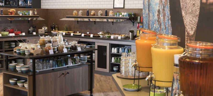 Start dagen på den fine restauranten, som tilbyr en god frokostbuffé.