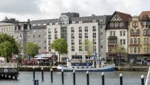 Hotellet ligger sentralt ved havnen i Flensburg