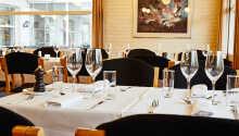 I den nydelige restauranten kan dere nyte forskjellige retter fra det allsidige menykortet
