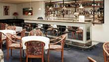 Hotellets bar ligger i forlængelse af restauranten og har en hyggelig atmosfære
