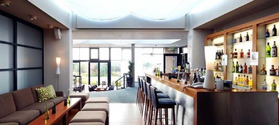 Hotellets lyse restaurant er der en flot udsigt over haven og vandet