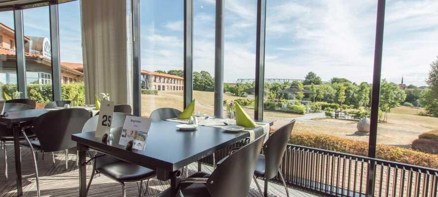 Ha en trevlig middag i den vackra restaurangen med utsikt över Lilla Bält.