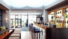 Slap af med en forfriskning i hotellets bar og lobby område