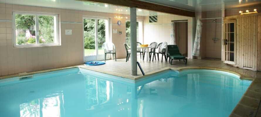 Wellness och spa med avslappning i hotellets inomhuspool och bastu.