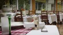 Hotellets restaurang serverar frukost och varje kväll kan ni äta en typisk lokal måltid.