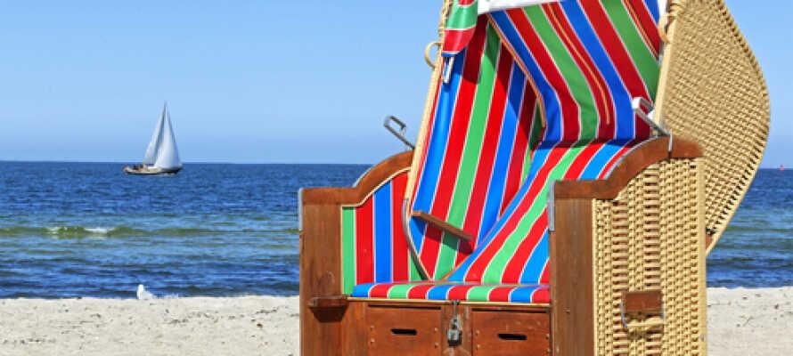 Der er ikke langt til stranden og de behagelige  strandstole. Husk at få badetøjet med når turen går til Kiel.