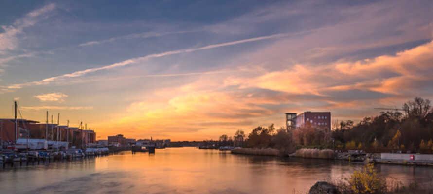 Tag en morgon- eller kvällspromenad vid hamnen och njut av vackra soluppgångar eller solnedgångar.