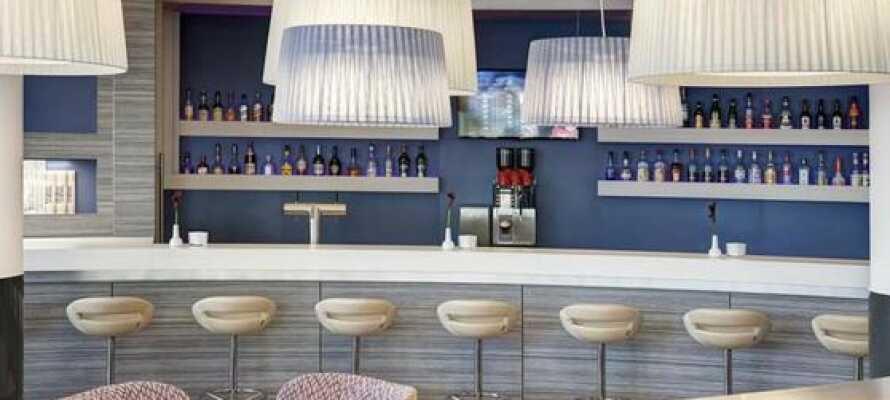 Runda av en händelserik dag med ett besök i hotellets bar, KaiCityBar, som erbjuder läckra cocktails, öl och vin.