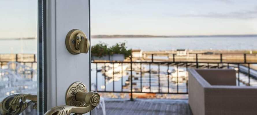 Hotellet ligger alldeles intill Oslofjorden och från terrassen har du en vacker utsikt över vattnet och småbåtshamnen.