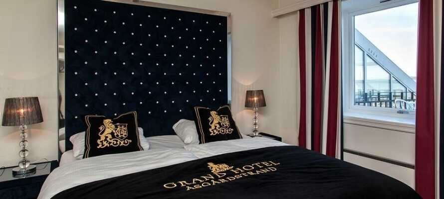 Hotellets værelser er moderne indrettet og om vinteren bliver I gratis opgraderet til et værelse med havudsigt.