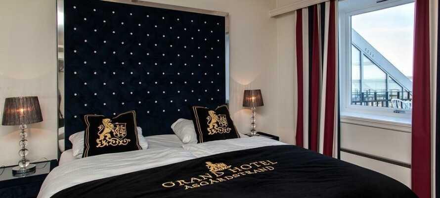 Hotellets værelser er moderne indrettet og om vinteren bliver I gratis opgraderet til et værelse med havudsigt