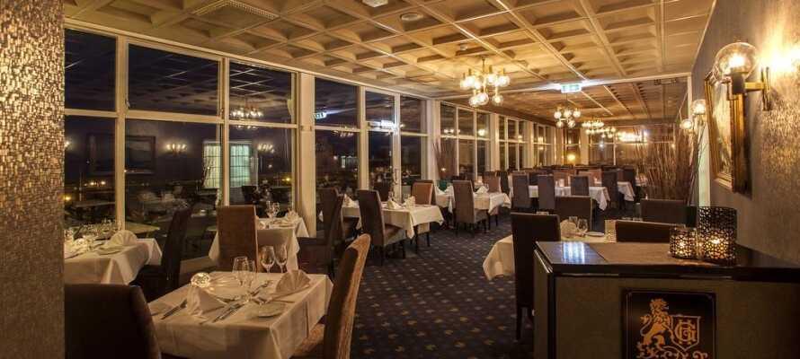 Im schönen Restaurant können Sie fein essen inklusive Aussicht auf die Förde!