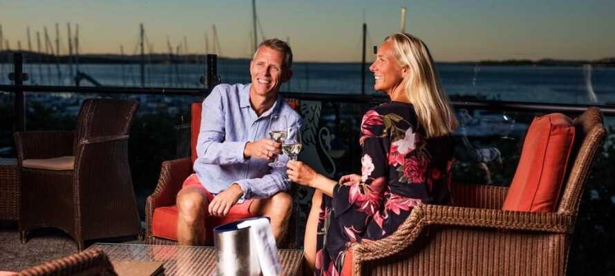 Tilbring kveldene på hotellets terrasse og nyt et glass vin mens solen går ned.