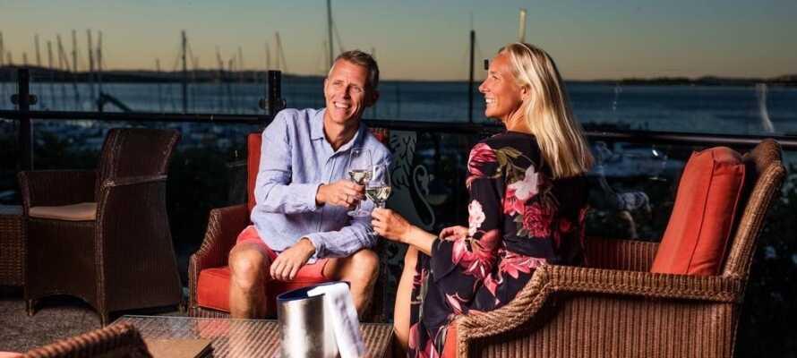 Tilbring en sommeraften på hotellets terrasse og nyd et glas vin imens dagen rinder ud.