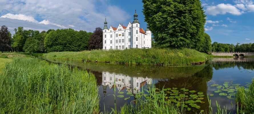 Området byder på et væld af oplevelser; besøg den gamle hansestad Lübeck med den flotte Holstentor port eller Ahrensburg Slot.