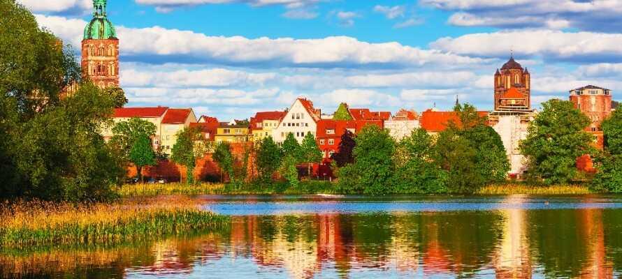 Stralsund liegt am Wasser – hier finden Sie auch viele Grünflächen und kleine Teiche für Entspannung und Erholung.