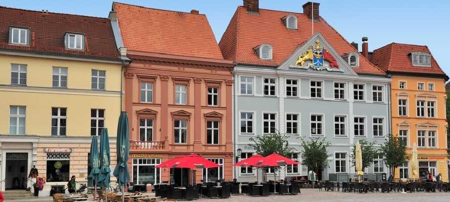 Das Hotel befindet sich im Zentrum von Stralsund, mit vielen gemütlichen Cafés, in denen Sie die Atmosphäre genießen können.