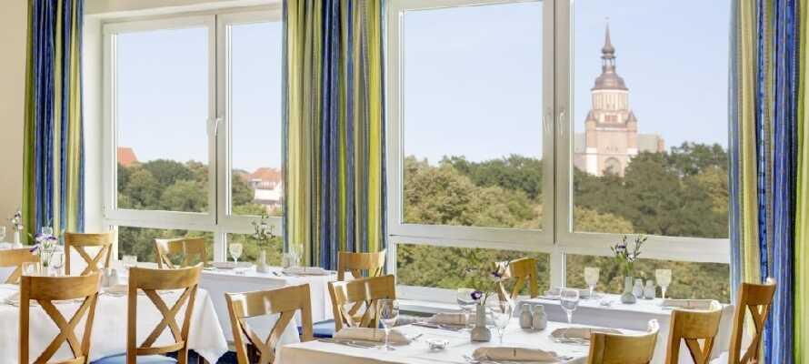 Im hoteleigenen Restaurant haben Sie eine hervorragende Aussicht auf den Knieperteich, die Sie hier mit einem abwechslungsreichen Frühstücksbuffet genießen können.