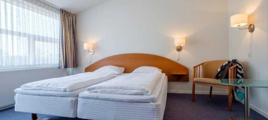 Hotellets værelser er lyse og rummelige og skaber en god base for jeres ophold i Kolding