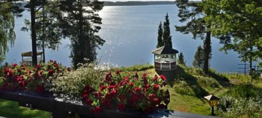 Sjön Södra Vixen ligger bara ett stenkast från hotellet.