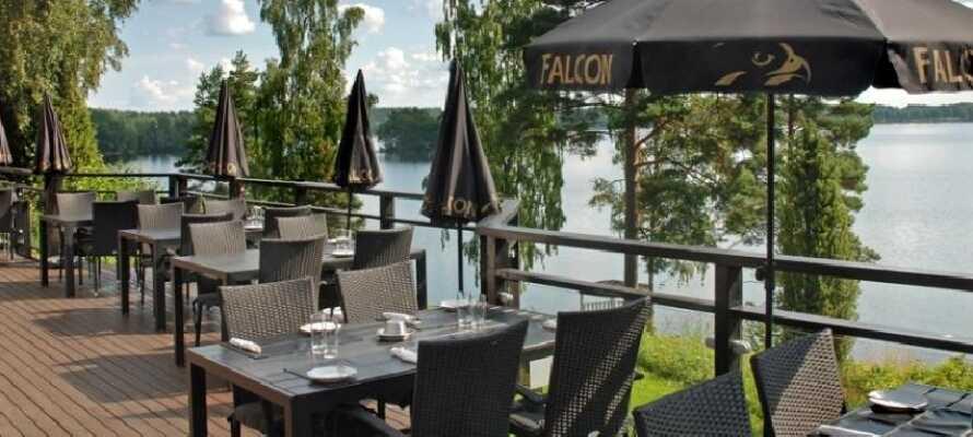 På hotellets veranda, som sträcker sig nästan ända ner till sjön, kan ni njuta av både hotellet och naturen.