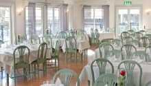 Hotellets restaurang serverar frukost, lunch och middag tillagade på säsongens råvaror