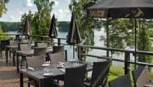 På hotellets veranda, som sträcker sig nästan ända ner till sjön, kan ni njuta av både hotellet och naturen