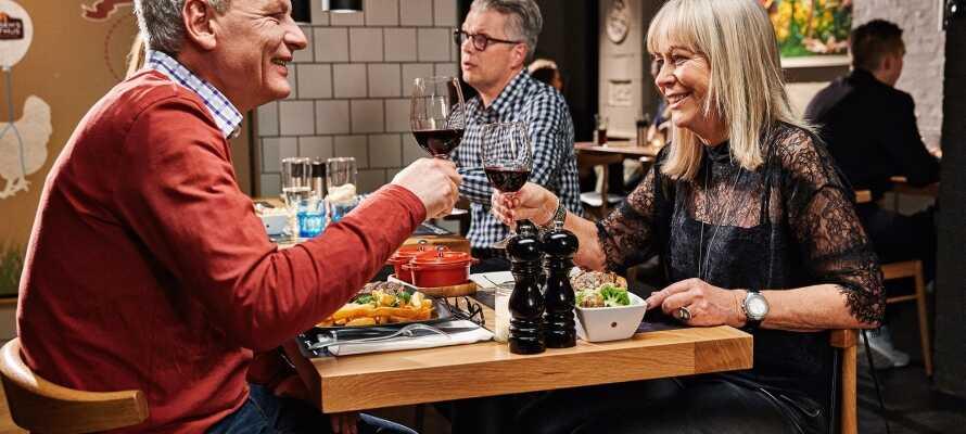 Spis middag og nyd et godt glas vin på Jensens Bøfhus