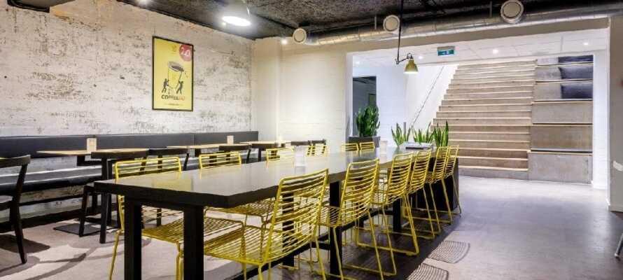 I kan købe drikkevarer og snacks i receptionen, som kan nydes i loungeområdet i underetagen