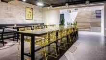 I loungeområdet i kælderen kan man nyde drikkevarer og snacks (købes i receptionen).