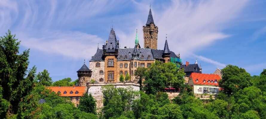 Besuchen Sie die bunte Stadt des Harzes, Wernigerode und Schloss Wernigerode. Die Burg thront hoch über der Stadt.