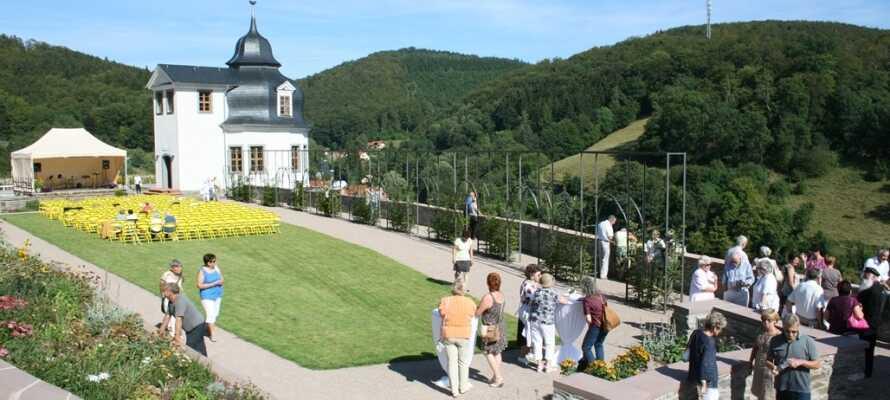 Besuchen Sie das weiße Schloss Stolberg, das auf einem Hügel am Rande der Stadt liegt.