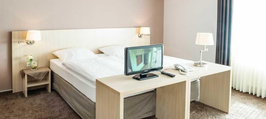 Här inkvarteras ni i ljusa och rymliga hotellrum med bekväm inredning.
