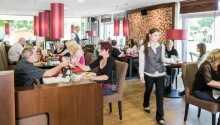 Hotellets moderna restaurang där lokala läckerheter serveras