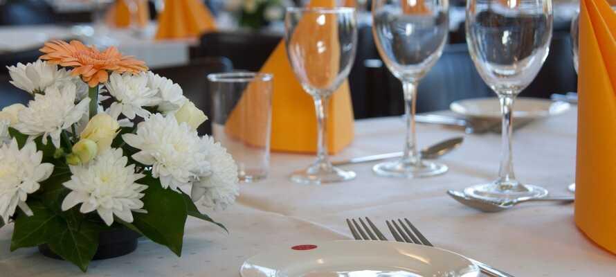 Nyt mye god mat i restauranten, som serverer klassiske danske retter, med en vennlig og glad service.