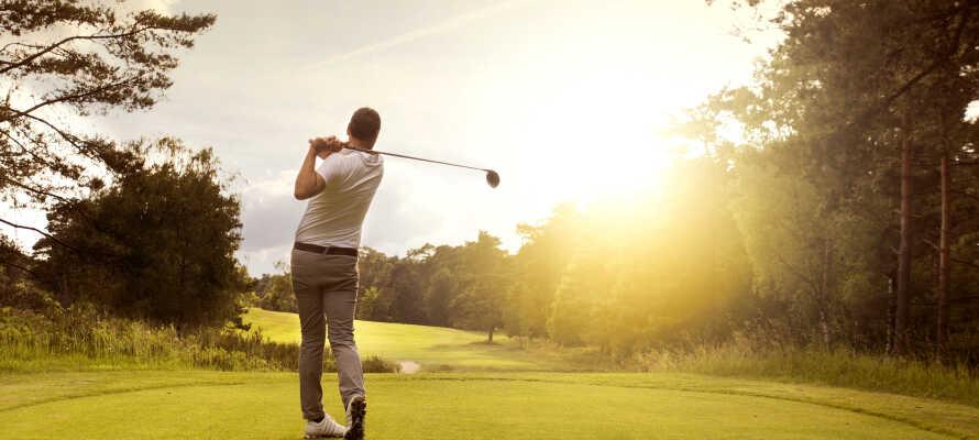 Det finnes to flotte golfbaner innenfor kort avstand, og hotellet tilbyr god rabatt på Green Fee.